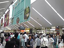 土曜日のJR改札前は人でいっぱい!