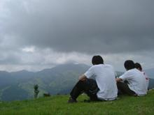 山頂で愛を語らいあう…ここでは男と男