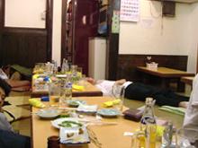 飲み屋で川の字に眠る人々